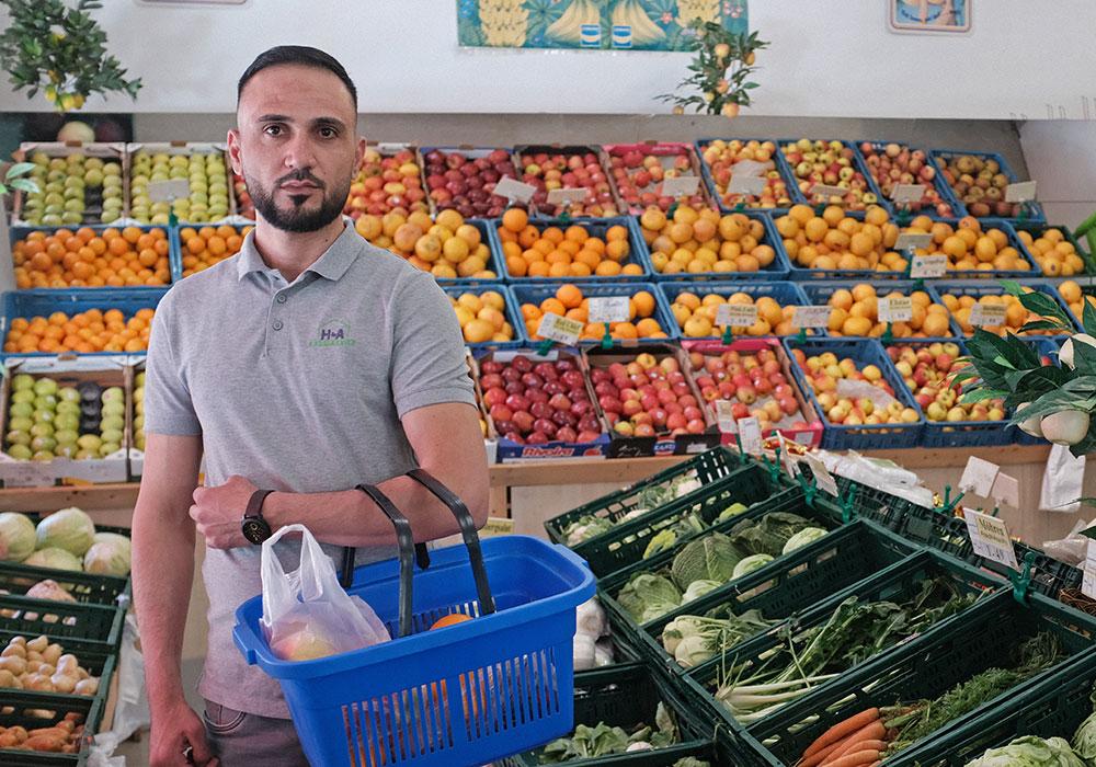 Ein männlicher Newcomer geht während der Coronakrise einkaufen