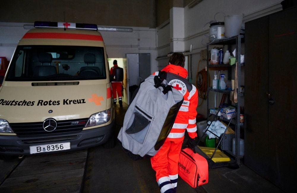 Tim von der DRK Wasserwacht Berlin auf dem Weg zum Rettungsfahrzeug