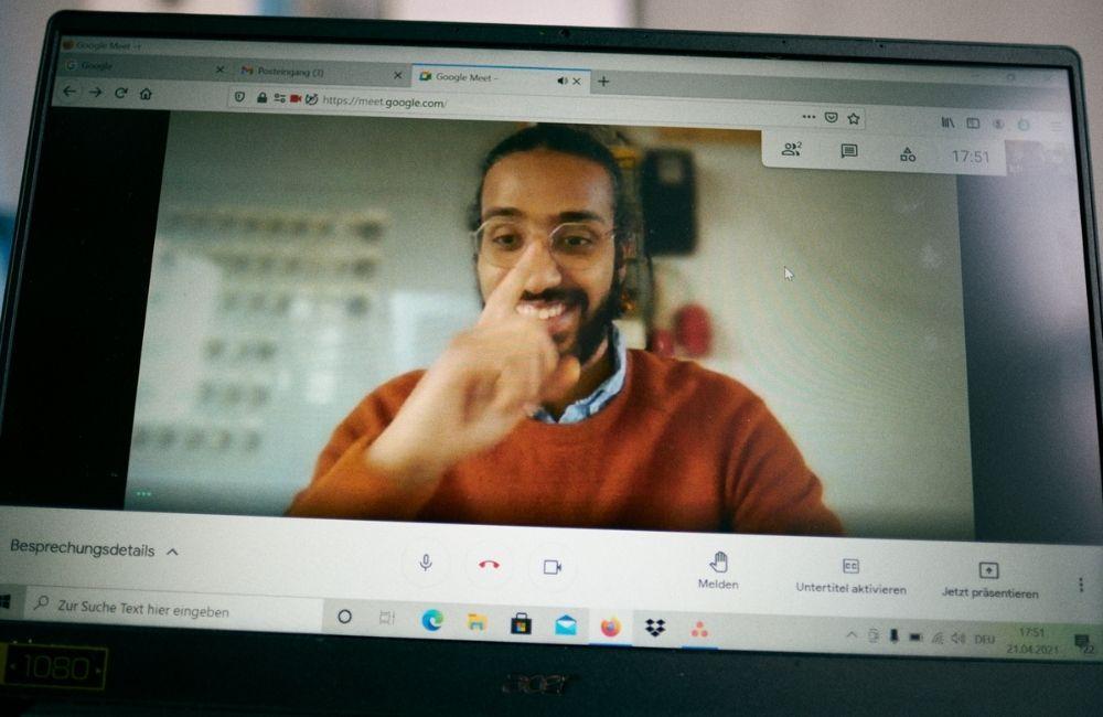 """Mohamed hilft Menschen beim Einstieg in den Arbeitsmarkt bei """"Imagine"""" in Berlin - Engagierte Newcomer:innen"""