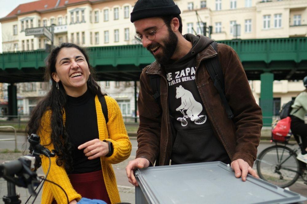 """Engagierte Newcomerin Gülperi hilft Menschen ohne Obdach bei """"warmgefahren"""" in Berlin"""